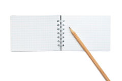 Apra il taccuino in bianco e una matita gialla Immagine Stock