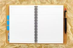 Apra il taccuino in bianco sul documento di Grunge Immagine Stock