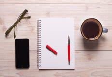 Apra il taccuino con la matita sullo scrittorio Fotografia Stock