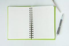Apra il taccuino con la penna di palla metallica Fotografie Stock Libere da Diritti