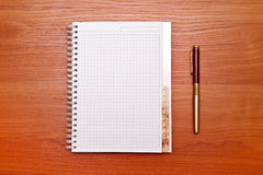 Apra il taccuino con le pagine in bianco e la matita Fotografia Stock