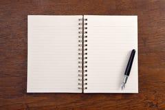 Apra il taccuino e la penna Fotografie Stock Libere da Diritti
