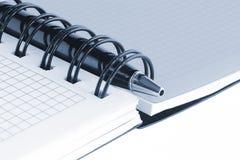 Apra il taccuino e la penna, con la tinta blu Fotografia Stock