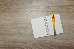 Apra il taccuino e la penna sulla tavola di legno dell'ufficio Vista superiore con lo spazio della copia Fotografia Stock