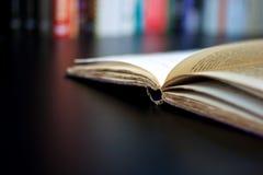Apra il vecchio libro fotografia stock