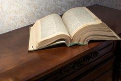 Apra il vecchio libro spesso Fotografie Stock