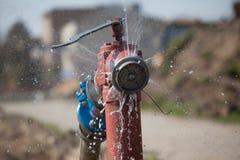 Apra l'acqua ad alta pressione di spruzzatura dell'idrante antincendio Fotografie Stock Libere da Diritti