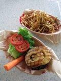 Apra l'hamburger hawaiano di stile del fronte con la guarnizione del pineaple, lattuga, Fotografie Stock