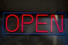 Apra l'insegna al neon isolata Fotografia Stock Libera da Diritti