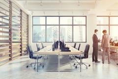 Apra l'interno con le pareti della plancia, il lato, uomini dell'ufficio Fotografia Stock Libera da Diritti
