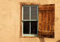 Apra l'otturatore su una finestra immagini stock