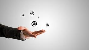 Apra l'uomo d'affari Hand con @ i simboli qui sopra Immagini Stock