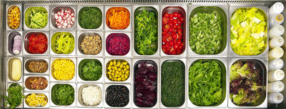 Apra la barra di insalata del buffet