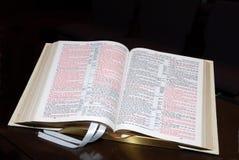 Apra la bibbia Fotografia Stock Libera da Diritti
