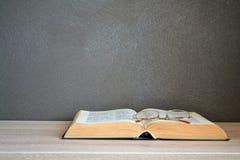 Apra la bibbia con i vetri di lettura Fotografia Stock Libera da Diritti