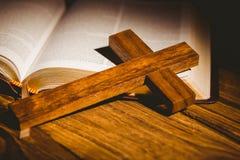 Apra la bibbia con l'icona della croce Immagine Stock Libera da Diritti
