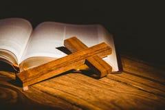 Apra la bibbia con l'icona della croce Fotografia Stock Libera da Diritti
