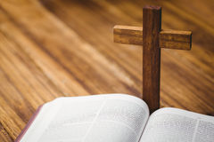 Apra la bibbia con l'icona della croce dietro Fotografia Stock Libera da Diritti