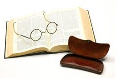 Apra la bibbia con un accoppiamento dei vetri Immagine Stock