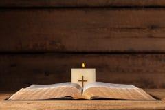 Apra la bibbia ed esamini in controluce Immagini Stock
