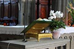 Apra la bibbia su un altare Immagine Stock Libera da Diritti
