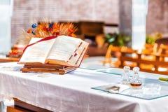 apra la bibbia sull'altare della chiesa cattolica Fotografie Stock Libere da Diritti
