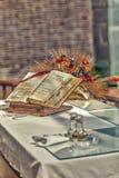 apra la bibbia sull'altare della chiesa cattolica Immagine Stock