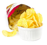 Apra la borsa con le patatine fritte su fondo bianco Fotografie Stock Libere da Diritti