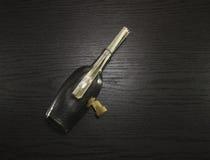 Apra la bottiglia con il messaggio su uno scrittorio di legno Fotografia Stock