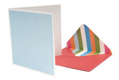 Apra la busta rossa con la scheda accanto su backgr bianco Immagini Stock