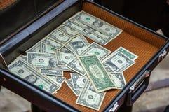 Apra la cartella di cuoio con soldi Immagine Stock Libera da Diritti