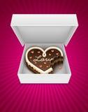 Apra la casella con la torta di cioccolato sgranocchiata nel modulo del cuore Fotografie Stock Libere da Diritti