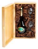 Apra la casella di legno con la bottiglia ed i vetri Immagine Stock