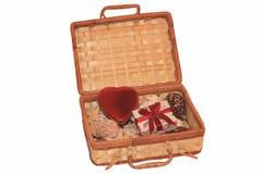 Apra la cassa della paglia con cuore rosso Immagini Stock