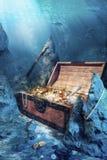 Apra la cassa di tesoro con il underwater luminoso dell'oro Fotografia Stock