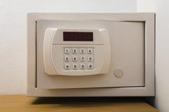 Apra la cassaforte elettronica nella camera di albergo Illustrazione di Stock