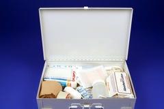 Apra la cassetta di pronto soccorso Immagini Stock