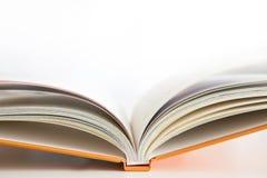 Apra la copertina di libro con priorità bassa bianca Immagine Stock