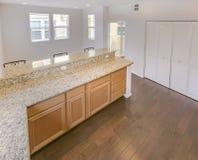 Apra la cucina con la grande barra nella casa urbana di San Diego fotografia stock libera da diritti