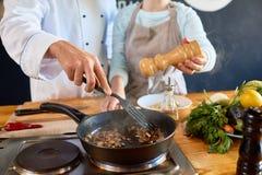 Apra la cucina in ristorante immagini stock