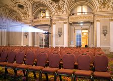 Apra la disposizione dei posti a sedere ad una sala Fotografia Stock