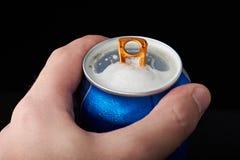 Apra la latta di birra a disposizione immagini stock