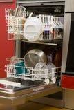 Apra la lavapiatti con i piatti puliti Fotografie Stock Libere da Diritti
