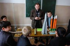 Apra la lezione sulla modellistica ad una scuola rurale nella regione di Kaluga di Russia Fotografia Stock Libera da Diritti
