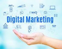 Apra la mano con la parola di vendita di Digital e l'icona della caratteristica, Internet Immagine Stock