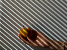 Apra la mano contro un fondo di lerciume Fotografia Stock