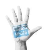 Apra la mano sollevata, unisca per il segno MH370 dipinto fotografia stock