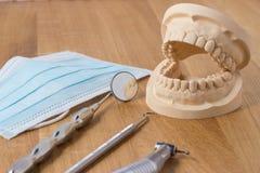 Apra la muffa dentaria dei denti con i mezzi Immagine Stock