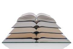 Apra la pila di libri della libro con copertina rigida su bianco immagini stock libere da diritti