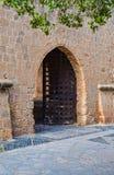 Apra la porta al vecchio castello Fotografie Stock